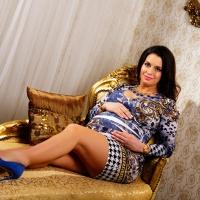 tehotenske fotenie V glamour štýle na luxusných tapetách a pozadiach
