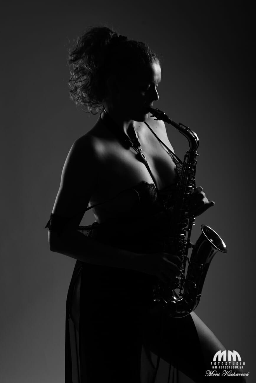 zena so saxofonom umelecky akt